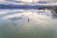 Tribune omhoog paddleboard op meer - luchtmening Stock Afbeeldingen
