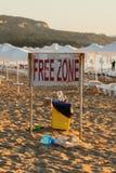 tribune op het strand 'vrije zone ' stock fotografie