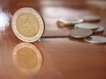 Tribune Thaise muntstukken op houten lijst Stock Foto