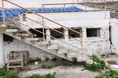 Tribunes détruites sales au stade Image stock