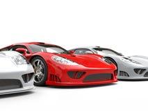 Tribunes van de brand de rode moderne super raceauto uit onder witte auto's Stock Fotografie