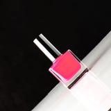 Tribunes van de flessen de roze spijker op de geneigde oppervlakte Royalty-vrije Stock Afbeeldingen
