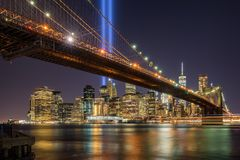 Tribute in Light with the Brooklyn Bridge and the skycrapers of Lower Manhattan. New York City royalty free stock photos