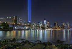 9/11 Tribute in Lights at Brooklyn Bridge and Lower Manhattan Sk stock photography