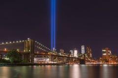 Tributo del puente de Brooklyn en luz Imagenes de archivo