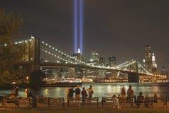 Tributo en la luz para honrar a víctimas de 9/11-2001 Foto de archivo