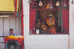 Tributos florales para la venta en una capilla hindú Fotos de archivo libres de regalías