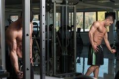 Triceps som övar med kabel royaltyfri bild
