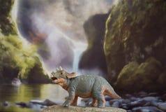Triceratops del bebé en fondo jurásico imagenes de archivo