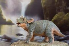 Triceratops del bebé en fondo jurásico fotografía de archivo