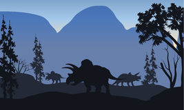 Triceratops van silhouet in heuvels stock illustratie