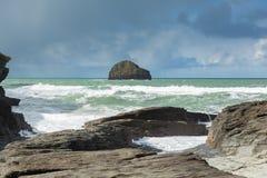 Trichez la roche avec la rupture blanche de vagues vue du village côtier BRITANNIQUE des Cornouailles Angleterre de brin de Treba photos stock