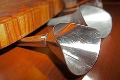 Trichter gemacht vom Metall mit hölzernem Brett Stockfotos