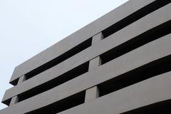 Trichterwagen-Parkplatz-Gebäude Stockfotografie