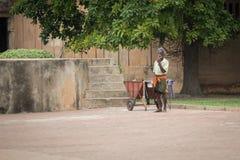 TRICHY, ИНДИЯ 14-ОЕ ФЕВРАЛЯ: Индийский работник 14-ого февраля 2013 внутри Стоковая Фотография RF