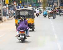 TRICHY, ИНДИЯ - 15-ОЕ ФЕВРАЛЯ: Неопознанная индийская езда всадников Стоковая Фотография RF