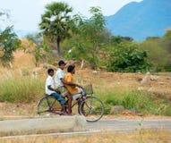 TRICHY, INDIA - FEBRUARI 15: Een niet geïdentificeerde drie tiener r Royalty-vrije Stock Afbeeldingen