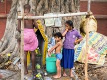 TRICHY, INDIA - FEBRUARI 15: Zijn de niet geïdentificeerde meisjes en een mens Stock Afbeelding