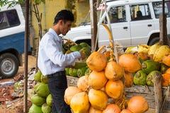 TRICHY, LA INDIA - 15 DE FEBRERO: Un hombre no identificado se coloca cerca de Imágenes de archivo libres de regalías