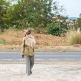 TRICHY, ÍNDIA - 15 DE FEVEREIRO: Um homem rural não identificado é coveri Foto de Stock Royalty Free
