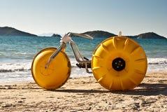 Triciclo amarelo da praia Imagem de Stock Royalty Free
