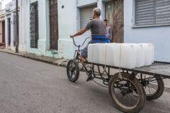 Triciclo con le scatole metalliche dell'acqua Fotografia Stock