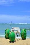 Triciclo da praia com rodas verdes Fotos de Stock Royalty Free