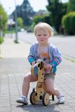 Triciclo felice di guida della bambina sulla via Fotografia Stock