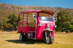 Triciclo rosado del motor de Tuk Tuk Imagen de archivo