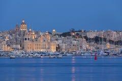 Tricity fjärd i Malta i aftonen Royaltyfri Bild