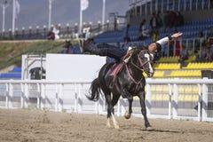 Trick des jungen Mannes, der ein Pferd reitet stockfoto