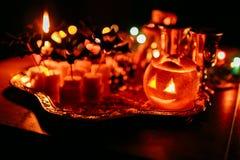 Trick eller fest, halloween tradition: underhållning vid en ferie i form av en canape, slagträn och pumpan head Royaltyfria Foton