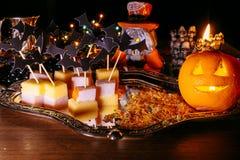 Trick eller fest, halloween tradition: underhållning vid en ferie i form av en canape, slagträn och pumpan head Fotografering för Bildbyråer