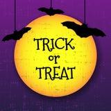Trick eller kort för festhalloween hälsning med månen och slagträn stock illustrationer