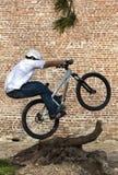 trick för gata för cykelbmxmtb arkivfoton