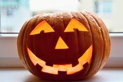 trick för treat för halloween lyktapumpa Traditionell halloween garnering på fönstret Fotografering för Bildbyråer