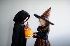 Trick oder Festlichkeit Junge und Mädchen in den Klagen für Halloween lizenzfreie stockfotos