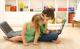 Tricks des Handels - Kinder besetzt unter Verwendung des Computers Lizenzfreies Stockfoto