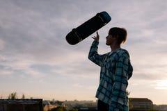 Tricks mit Skateboard Extrem für junge Leute stockbilder