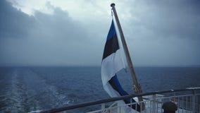 Tricolor flagga som vinkar på skeppdäck arkivfilmer