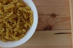 Tricolors pasta, italiensk pasta, vanlig pasta, kortkort beskjuter pasta, Arkivbild