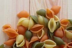 Tricolors pasta, italiensk pasta, vanlig pasta, kortkort beskjuter pasta, Arkivfoton