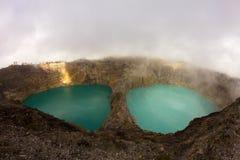 Tricoloured sjöar i caldera av den Kelimutu vulkan arkivbild