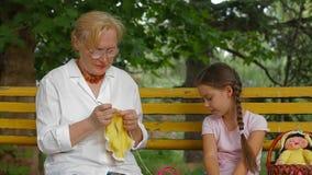 Tricotage à la main en parc clips vidéos