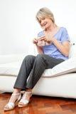 Tricotage aîné heureux de femme Photos stock