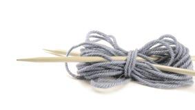 Tricotage avec des rais d'isolement sur le blanc Images stock