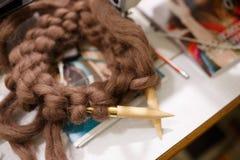 Tricotage avec le fil brun mou épais de couleur de laine sur les aiguilles Photographie stock libre de droits