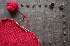 Tricotage, cônes et hanches teintes sur le fond noir Photo libre de droits