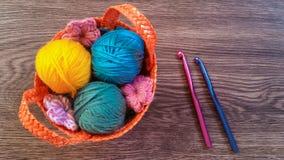 Tricotage coloré dans le panier en osier Photo stock