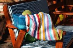 Tricotage d'une couverture pour le bébé Photographie stock